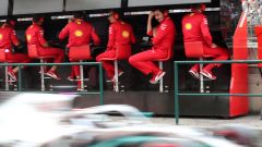 F1 GP Ungheria 2019, Binotto osserva passare la Mercedes dal muretto Ferrari