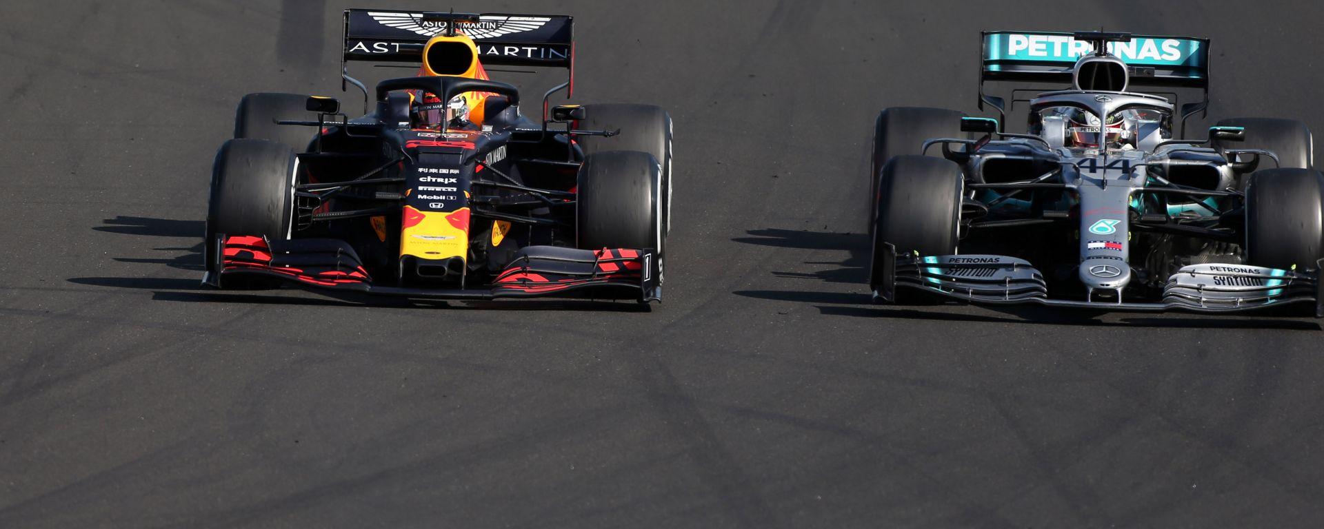 F1 GP Ungheria 2019, Budapest: Lewis Hamilton (Mercedes) sorpassa Max Verstappen (Red Bull)