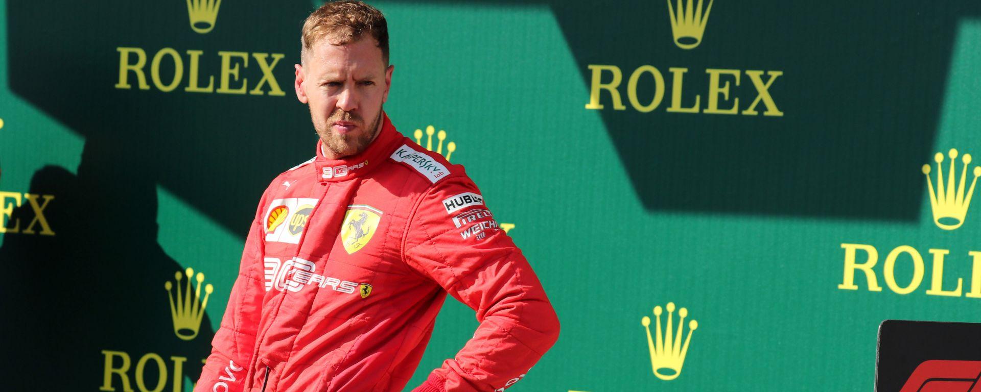F1 GP Ungheria 2019, Budapest: Vettel (Ferrari) osserva pensieroso la Mercedes di Hamilton