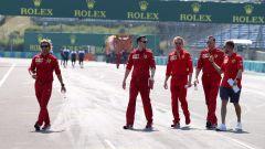 F1 GP Ungheria 2019, Sebastian Vettel durante la track walk con gli uomini Ferrari