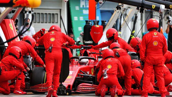 F1 GP Ungheria 2020, Budapest: la Ferrari di Sebastian Vettel durante uno dei pit-stop