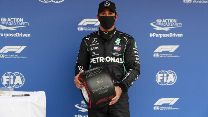 F1 GP Ungheria 2020, Budapest: Lewis Hamilton (Mercedes) con il trofeo Pirelli della pole position
