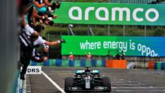 F1 GP Ungheria 2020, Budapest: Lewis Hamilton (Mercedes) taglia per primo il traguardo