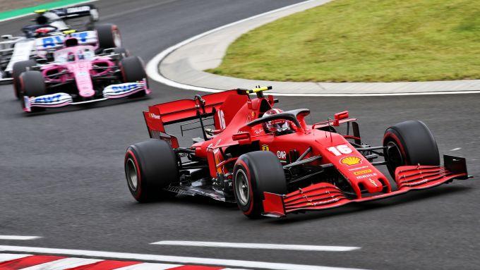 F1, GP Ungheria 2020: Charles Leclerc (Ferrari) precede la Racing Point di Lance Stroll