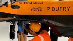 F1, GP Ungheria 2020: Lando Norris armeggia sotto la vettura di Sainz