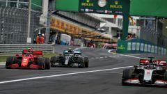 F1, GP Ungheria 2020: lotta tra Charles Leclerc (Ferrari) e Valtteri Bottas (Mercedes) alle spalle di Romain Grosjean (Haas)