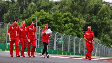 F1, GP Ungheria 2020: Sebastian Vettel consulta gli appunti durante la track walk
