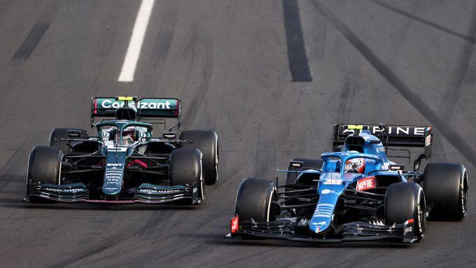F1 GP Ungheria 2021, Budapest: Esteban Ocon (Alpine) si difende da Sebastian Vettel (Aston Martin)