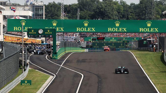 F1 GP Ungheria 2021, Budapest: Hamilton da solo in griglia di partenza mentre gli altri sono al pit