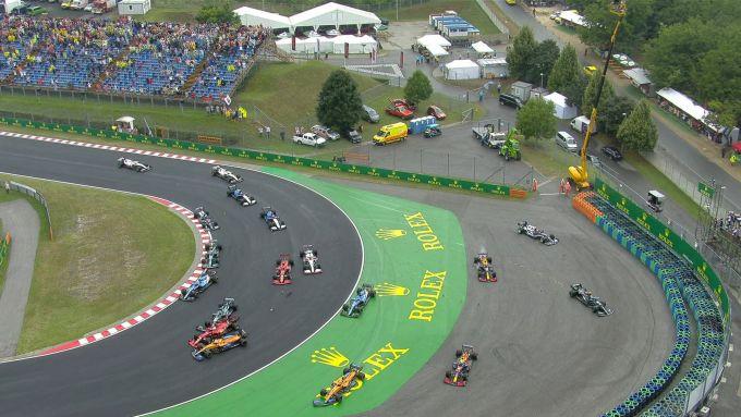 F1 GP Ungheria 2021, Budapest: Il patatrac al via con Bottas, Norris, Perez e Verstappen a contatto