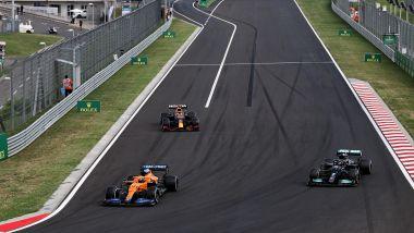 F1 GP Ungheria 2021, Budapest: il sorpasso di Hamilton (Mercedes) Verstappen (Red Bull) al giro 21