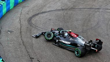 F1 GP Ungheria 2021, Budapest: la Mercedes di Valtteri Bottas dopo l'incidente al via del Gp