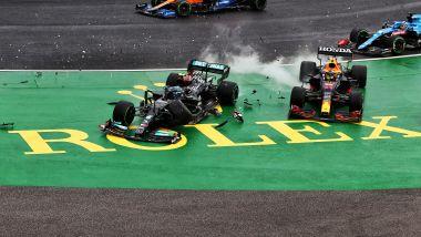 F1 GP Ungheria 2021, Budapest: l'incidente al via tra Bottas (Mercedes) e le due Red Bull