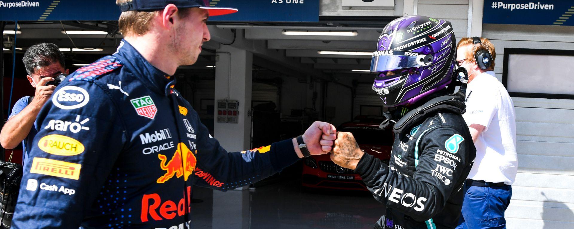 """F1 GP Ungheria 2021, Budapest: Verstappen (Red Bull) saluta Hamilton (Mercedes) con il """"pugnetto"""""""