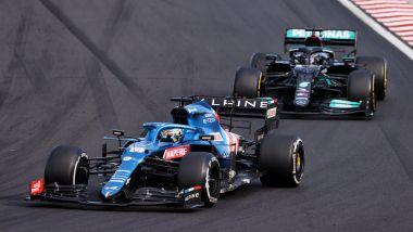 F1 GP Ungheria 2021, Hungaroring: Fernando Alonso (Alpine) si difende da Lewis Hamilton (Mercedes)