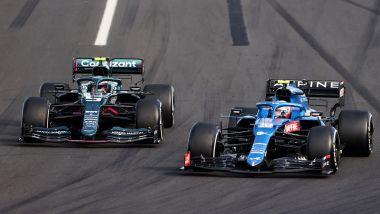 F1 GP Ungheria 2021, Hungaroring: Sebastian Vettel (Aston Martin) prova il sorpasso con Esteban Ocon (Alpine)