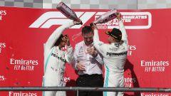 F1 GP Usa 2019, Austin: Lewis Hamilton e Valtteri Bottas (Mercedes) innaffiano di champagne l'ingegnere James Allison