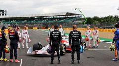 F1: i piloti osservano la monoposto 2022 a Silverstone