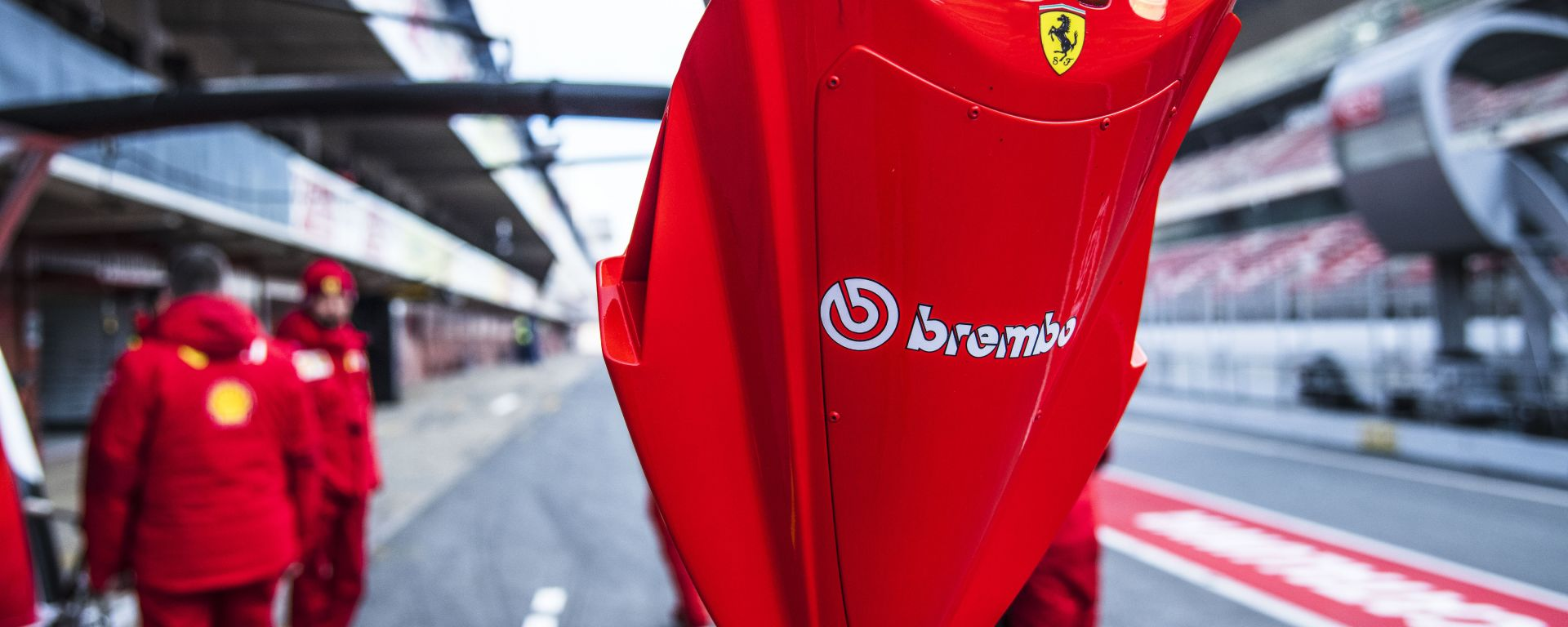 F1, il logo Brembo al box Ferrari