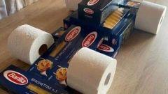 F1 in quarantena: pasta e rotoli di carta igienica, la foto virale sul web
