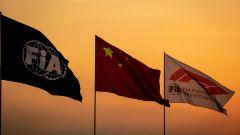 F1, la bandiera cinese a fianco di quella Fia e Formula 1 nel Gp di Shanghai 2019