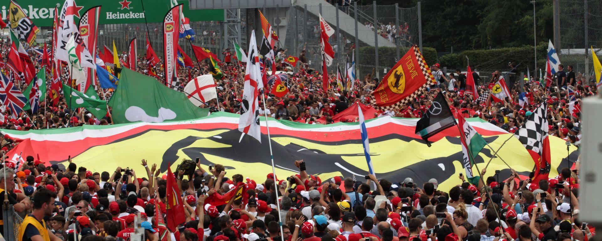 F1, la folla di tifosi della Ferrari sotto il podio di Monza