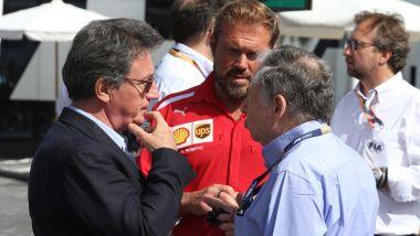 F1: l'amministratore delegato della Ferrari, Louis Camilleri, discute con il presidente della FIA, Jean Todt