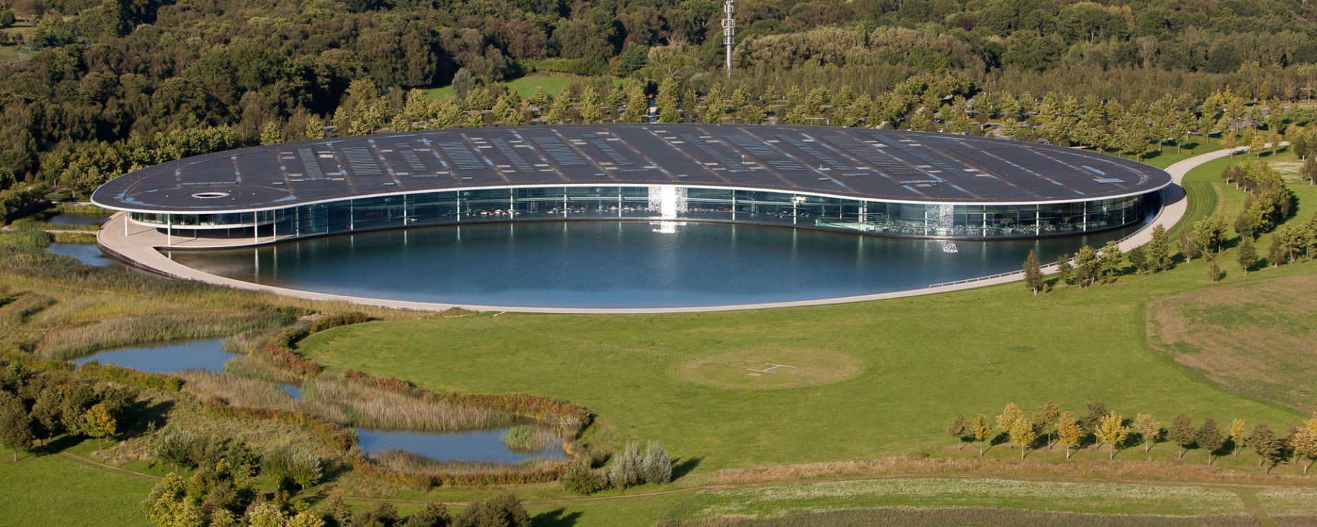 F1, l'avveniristica fabbrica della McLaren a Woking (McLaren Technology Centre)