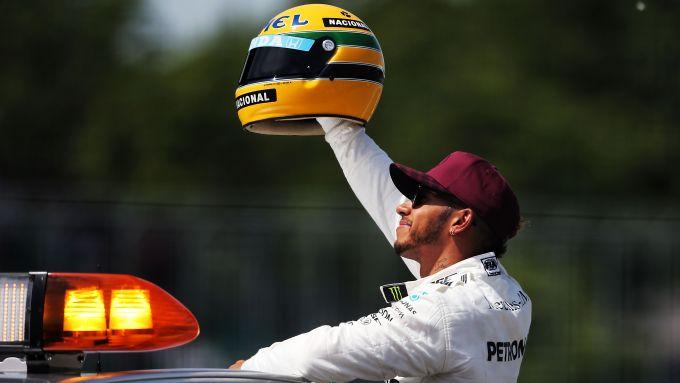 F1, Lewis Hamilton con il casco di Ayrton Senna