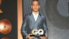F1: Lewis Hamilton con il premio ricevuto da GQ