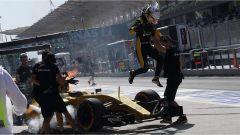 F1 Malaysian GP - Kevin Magnussen salta fuori dalla sua Renault