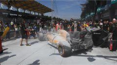 F1 Malaysian GP - l'incendio spento sulla Renault di Magnussen