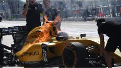 F1 Malaysian GP - l'incendio sulla Renault di Magnussen