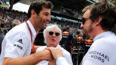F1: Mark Webber saluta Fernando Alonso sotto lo sguardo di Bernie Ecclestone