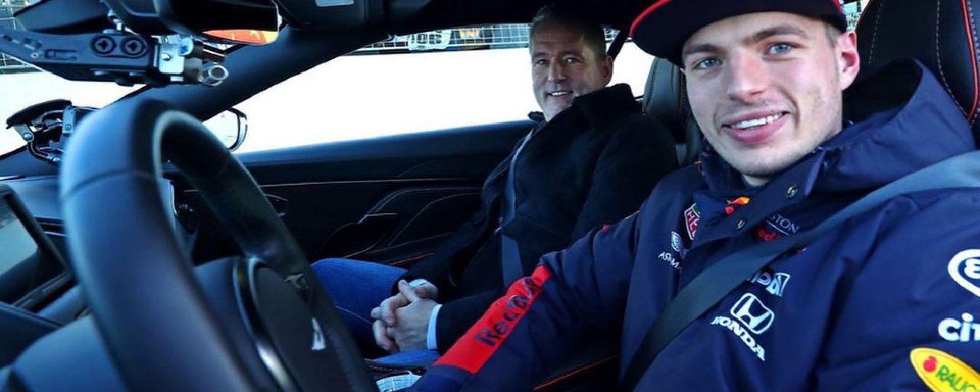 F1: Max Verstappen al volante di un'Aston Martin, accanto il padre Jos