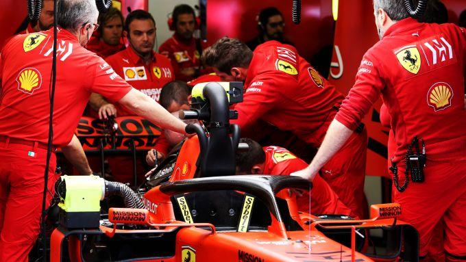 F1: meccanici Ferrari a lavoro sulla monoposto