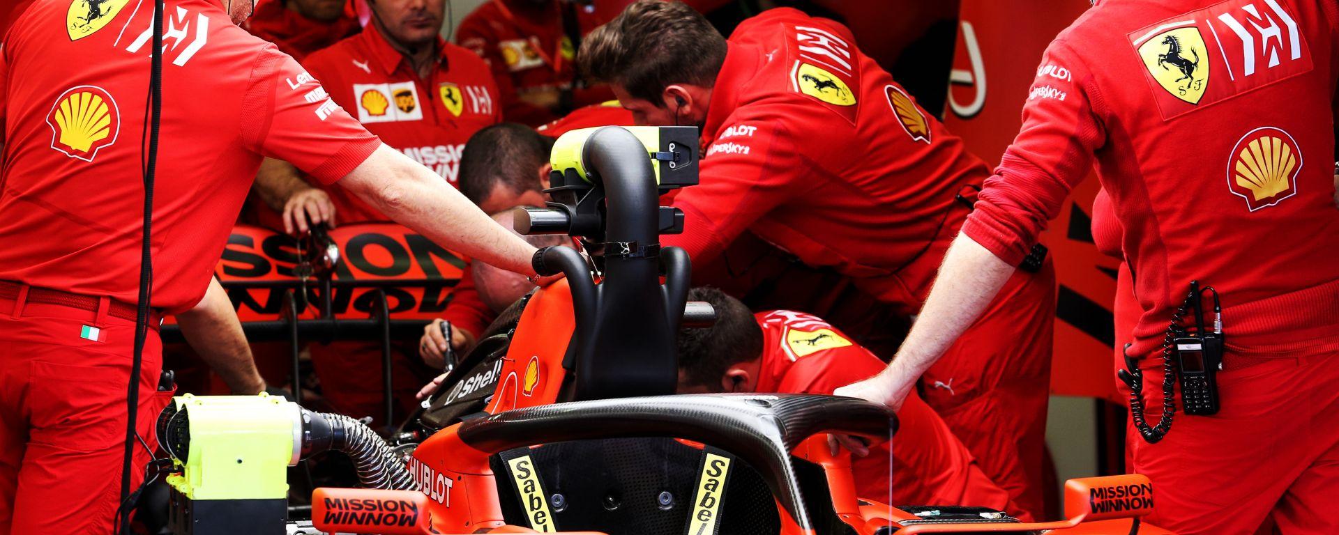 F1, meccanici Ferrari al lavoro sulla power unit
