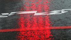 F1, pioggia sull'asfalto e semafori rossi