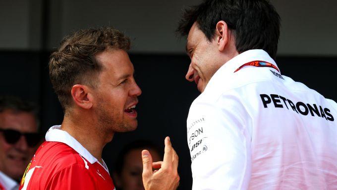 F1: Sebastian Vettel (Ferrari) con Toto Wolff (Mercedes)
