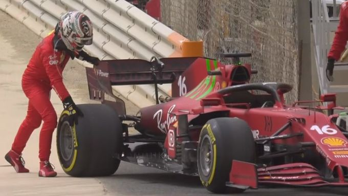 F1 Test Bahrain 2021, Sakhir: Charles Leclerc (Scuderia Ferrari) parcheggia la SF21 in pista