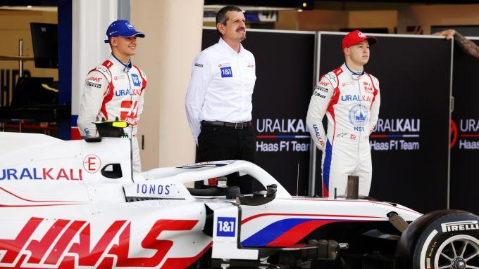F1 Test Bahrain 2021, Sakhir: Gunther Steiner tra i due piloti Nikita Mazepin e Mick Schumacher (Haas)