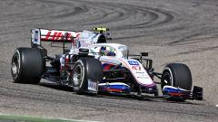 F1 Test Bahrain 2021, Sakhir: la Haas VF-21 di Mick Schumacher e Nikita Mazepin in azione