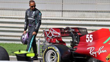 F1 Test Bahrain 2021, Sakhir: Lewis Hamilton (Mercedes) osserva la Ferrari di Carlos Sainz