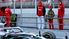 F1 Test Barcellona 2019: John Elkann e Mattia Binotto (Ferrari) guardano in pit-lane la Mercedes