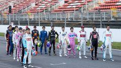 F1 Test Barcellona 2020: i piloti partecipanti al campionato schierati sul rettilineo del Montmelò