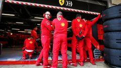 F1 Test Barcellona 2020: meccanici Ferrari davanti alla SF1000