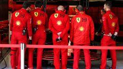 F1 Test Barcellona 2020: meccanici Ferrari proteggono la SF1000 da occhi indiscreti