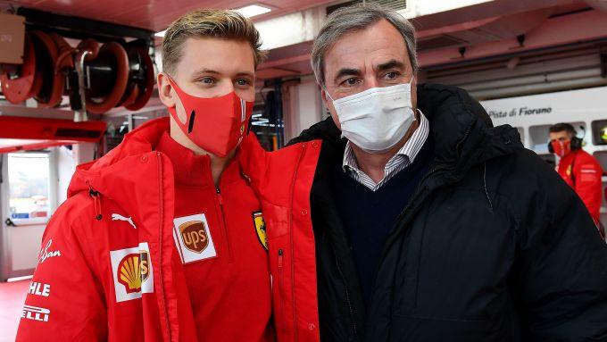 F1 Test Ferrari 2021, Fiorano: Mick Schumacher con Carlos Sainz Sr.