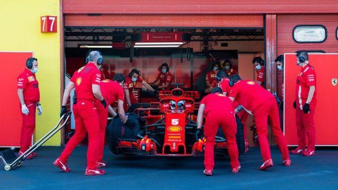 F1 Test Ferrari Mugello 2020: Sebastian Vettel riportato ai box dai meccanici