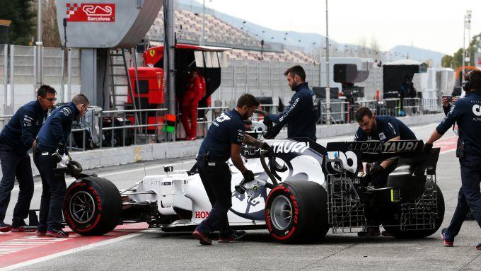 F1 Testing 2020: i meccanici Alpha Tauri riportano nel box la AT01